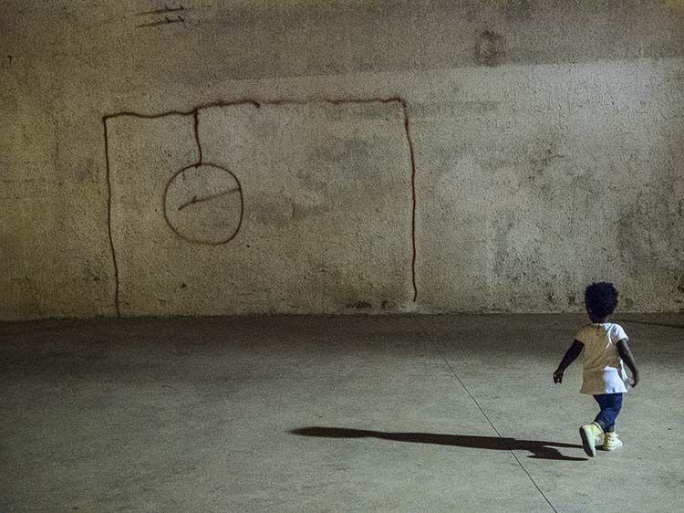 La piccola Safiya insegue una palla immaginaria