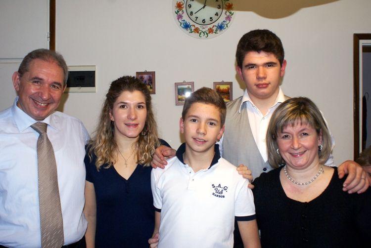 Padre, madre e i loro tre figli ormai grandi