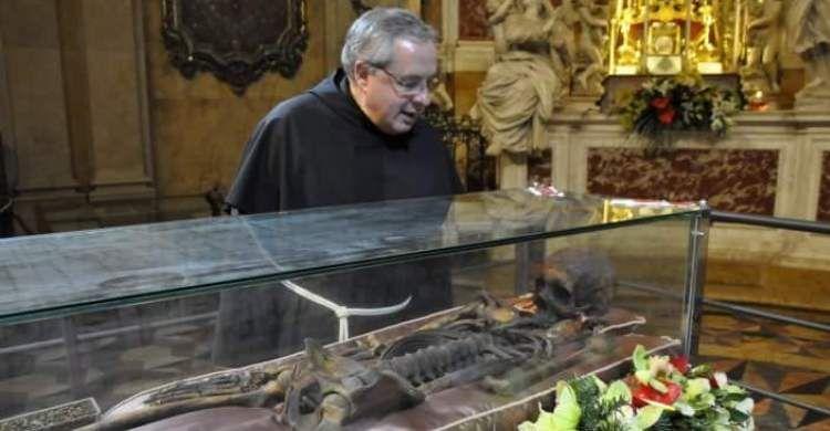 febbraio 2010. Padre Enzo Poiana dinanzi alla teca con le spoglie di sant'Antonio, durante l'Ostensione del Santo