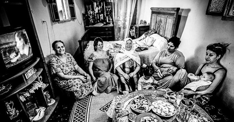 Donne della casbah di Algeri nei loro appartamenti: il grande vassoio dei dolcetti, il sole del Mediterraneo dalle finestre