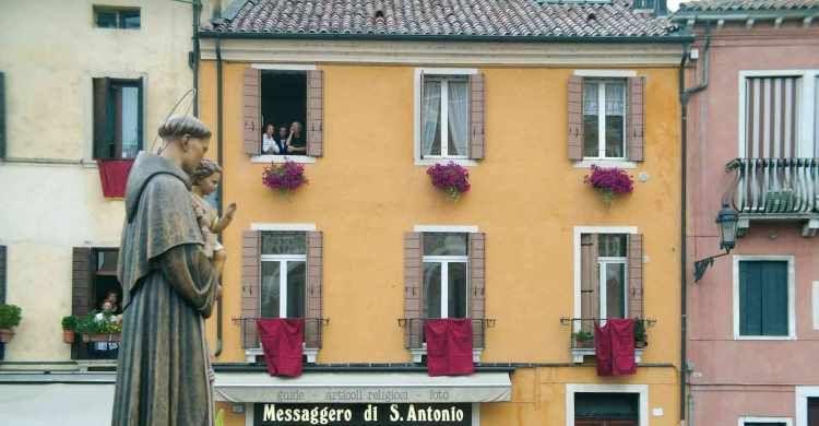 La statua di sant'Antonio in processione per le vie di Padova.