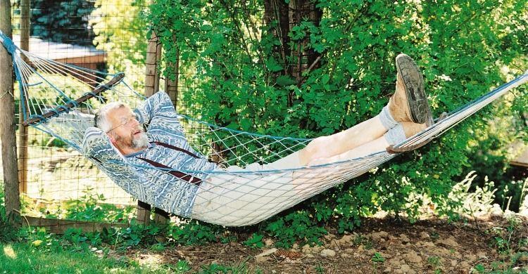 anziano si rilassa su un'amaca