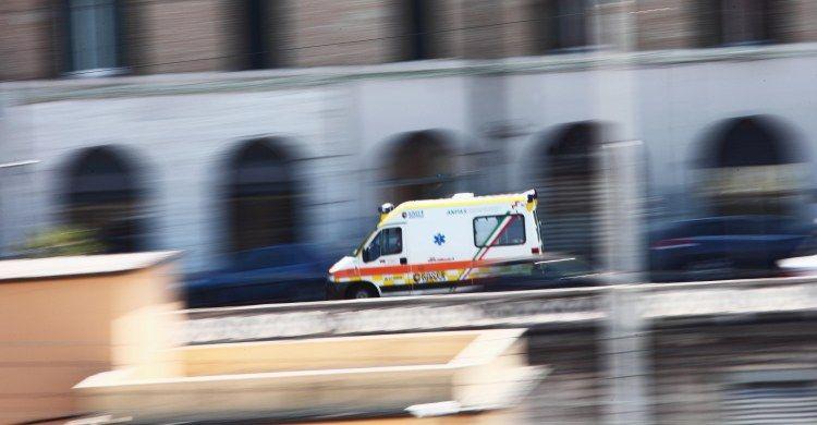 la corsa di un'ambulanza per le vie di Roma