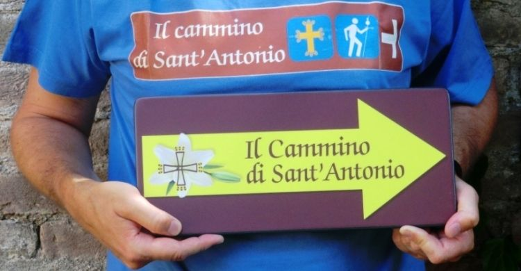 maglia e freccia con il logo del Cammino