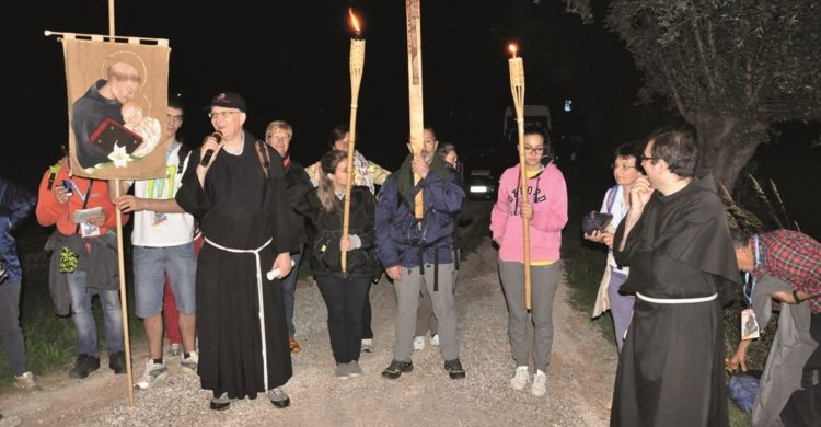 giovani e frati lungo il cammino di sant'Antonio