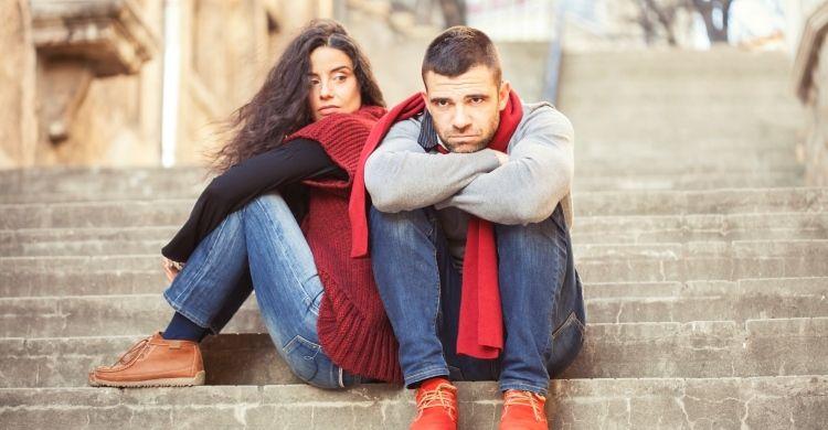 coppia seduta sulle scale