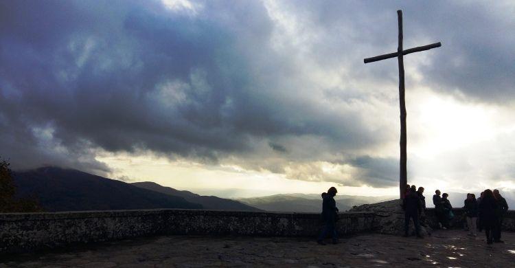 Croce con paesaggio al tramonto