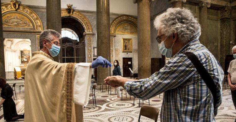 Eucaristia in una chiesa di Roma.
