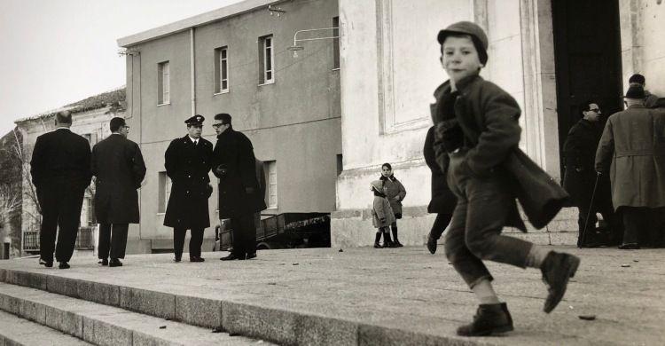 Nuoro, i funerali del carabiniere (particolare), 1962, stampa ai sali d'argento. Lisetta Carmi-Martini & Ronchetti.