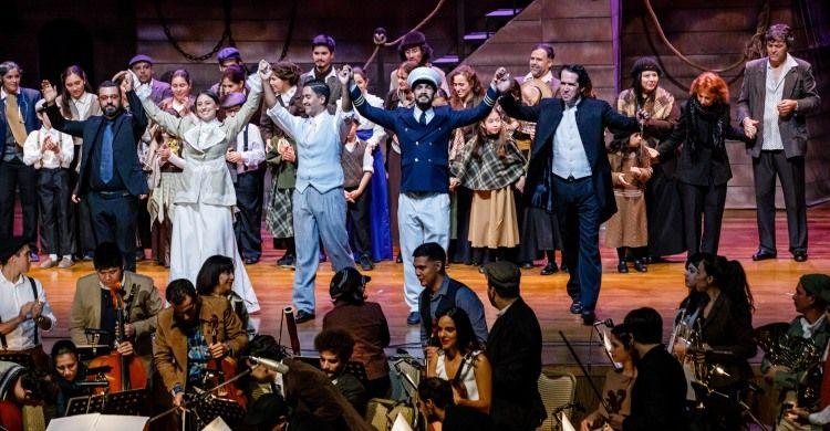 i saluti del cast al termine dello spettacolo Oceano