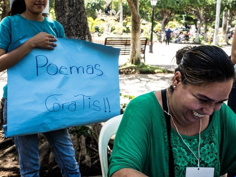 la poetessa costaricense Marybell Obando nel Parque di Granada, al tavolo della Fabrica del poemas