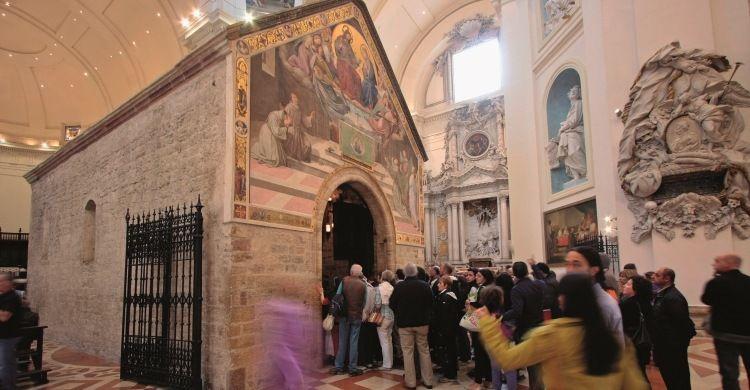 pellegrini all'ingresso della Porziuncola
