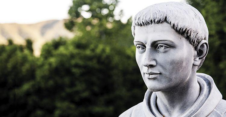 Particolare della statua di san Francesco collocata nel giardino dell'eremo di Montecasale a Sansepolcro (AR).