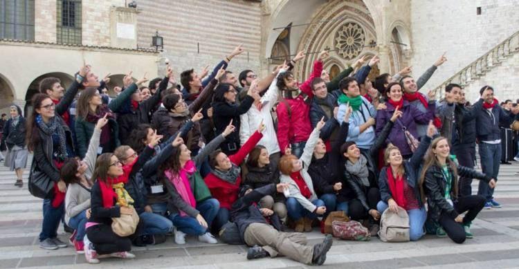 Gruppo ragazzi in festa davanti alla basilica di san Francesco