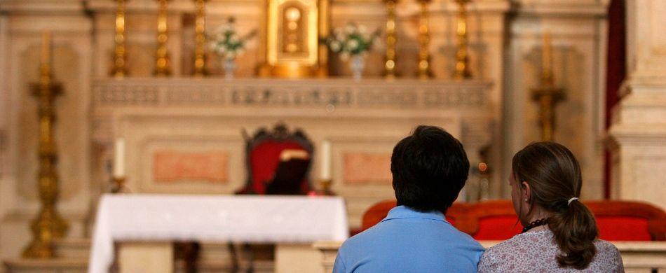 Coppia seduta in chiesa
