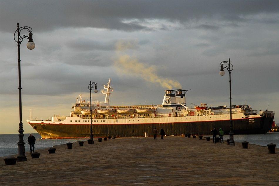 Nave in partenza dal porto di Trieste