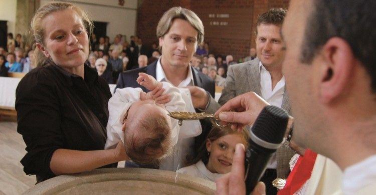 il battesimo di un neonato