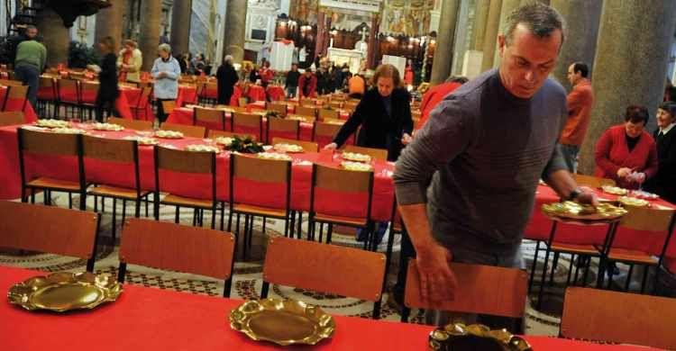 Volontari della Comunità di sant'Egidio preparano il pranzo di Natale con i poveri nella Basilica di Santa Maria in Trastevere (Roma).