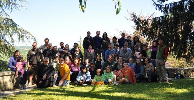 Un gruppo di coppie, con i loro filgi, di Oasi famiglia in pellerginaggio as Assisi con fra Oliviero Svanera.